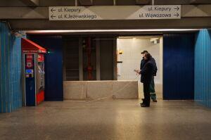 Sprawdzają grodzie w metrze na wypadek ulewy, nie wojny