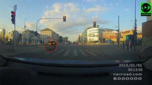 Szybszy niż miejski autobus: biegiem przez środek skrzyżowania