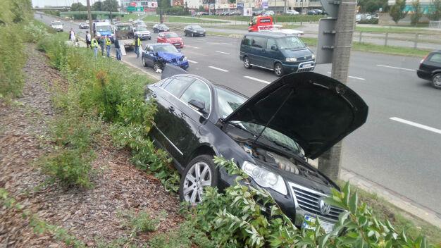 Uderzył w zepsuty samochód, zepchnął go na nasyp