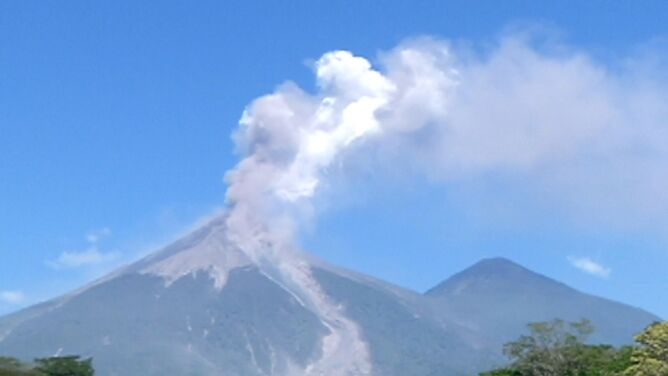 Erupcja wulkanu Fuego. Z krateru wydobywają się chmury dymu i popiołu