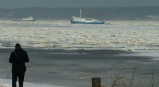 """""""Góra lodu, która sprawia, że woda płynąca w górę rzeki nie może przedostać się swobodnie"""""""